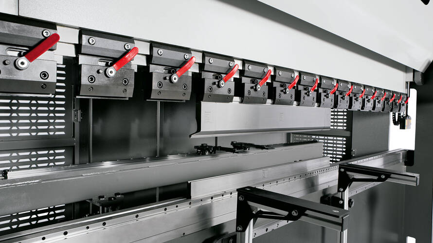 The closed O-frame design guarantees high machine rigidity and offers ample space for applications along the entire bending length.